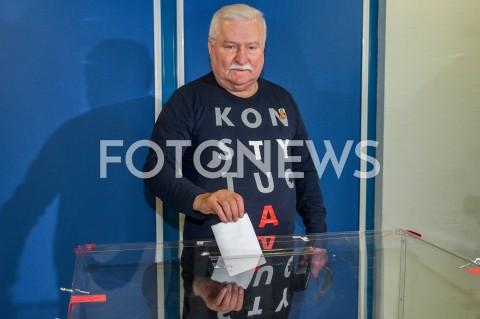 Lech Wałęsa głosuje w drugiej turze wyborów w Gdańsku