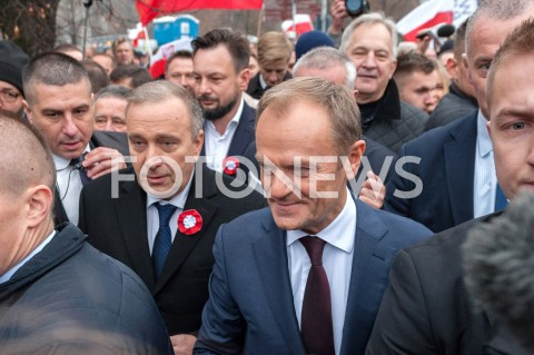 Donald Tusk i Grzegorz Schetyna pod Pomnikiem Józefa Piłsudskiego w Warszawie