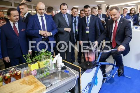 Prezydent Andrzej Duda zmiksował sobie koktail owocowy jadąc na rowerze