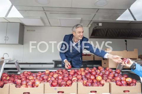 Robert Biedroń rozdaje jabłka w Warszawie
