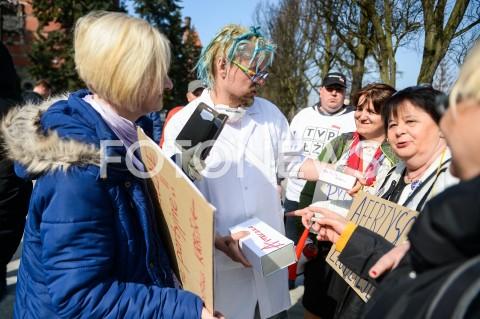 AGENCJA FOTONEWS - 30.03.2019 GDANSKMANIFESTACJA PRZEDSTAWICIELI KOD PRZED KONWENCJA PRAWA I SPRAWIEDLIWOSCI W GDANSKUN/Z PRZEDSTAWICIELE KOMITETU OBRONY DEMOKRACJI MANIFESTUJA PRZED GMACHEM POLITECHNIKI GDANSKIEJFOT MATEUSZ SLODKOWSKI / FOTONEWS