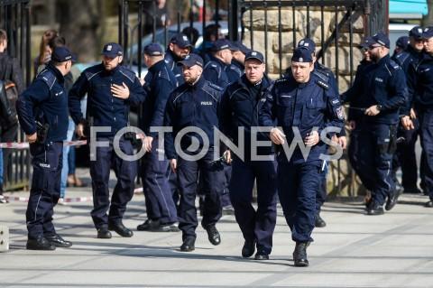 AGENCJA FOTONEWS - 30.03.2019 GDANSKMANIFESTACJA PRZEDSTAWICIELI KOD PRZED KONWENCJA PRAWA I SPRAWIEDLIWOSCI W GDANSKUN/Z POLICJA ZABEZPIECZA TEREN POLITECHNIKI GDANSKIEJ PRZED PRZYJAZDEM JAROSLAWA KACZYNSKIEGO I MATEUSZA MORAWIECKIEGOFOT MATEUSZ SLODKOWSKI / FOTONEWS