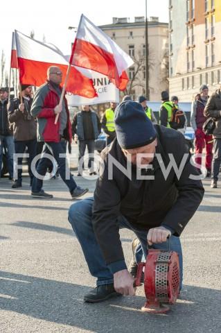 AGENCJA FOTONEWS - 03.04.2019 WARSZAWAPROTEST ROLNIKOW AGROUNIIN/Z PROTESTANCI Z FLAGAMI NA TLE WARSZAWY UCZESTNIK Z SYRENA ALARMOWAFOT GRZEGORZ KRZYZEWSKI / FOTONEWS