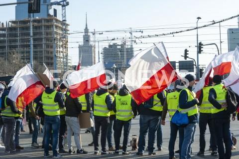 AGENCJA FOTONEWS - 03.04.2019 WARSZAWAPROTEST ROLNIKOW AGROUNIIN/Z PROTESTANCI Z FLAGAMI NA TLE WARSZAWY UCZESTNICYFOT GRZEGORZ KRZYZEWSKI / FOTONEWS