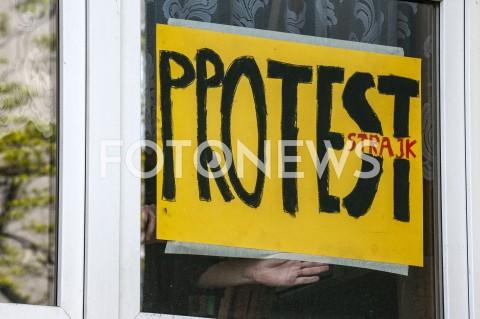 AGENCJA FOTONEWS - 09.04.2019 WARSZAWASTRAJK NAUCZYCIELIN/Z PRZYKLEJANIE PLAKATU PROTEST STRAJK W OKNIEFOT GRZEGORZ KRZYZEWSKI / FOTONEWS