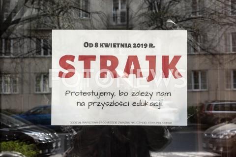AGENCJA FOTONEWS - 09.04.2019 WARSZAWASTRAJK NAUCZYCIELIN/Z PLAKAT STRAJKFOT GRZEGORZ KRZYZEWSKI / FOTONEWS