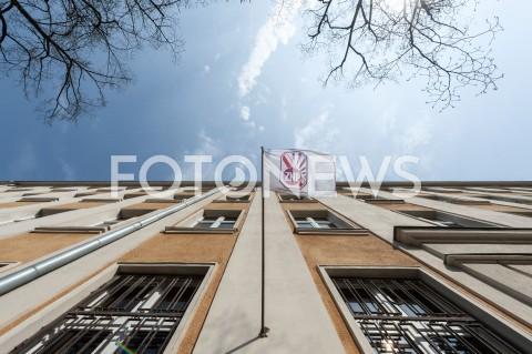 AGENCJA FOTONEWS - 09.04.2019 WARSZAWASTRAJK NAUCZYCIELIN/Z FLAGA ZNP ELEWACJAFOT GRZEGORZ KRZYZEWSKI / FOTONEWS