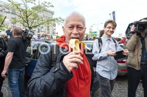 AGENCJA FOTONEWS - 29.04.2019 WARSZAWAJEDZENIE BANANOW PRZED MUZEUM NARODOWYMBANANOWY PROTEST PRZECIWKO CENZURZEN/Z UCZESTNICY WYDARZENIA MICHAL BONIFOT GRZEGORZ KRZYZEWSKI / FOTONEWS