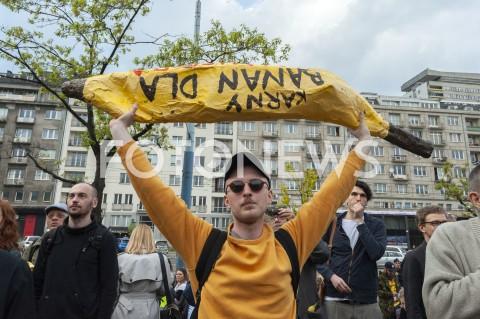 AGENCJA FOTONEWS - 29.04.2019 WARSZAWAJEDZENIE BANANOW PRZED MUZEUM NARODOWYMBANANOWY PROTEST PRZECIWKO CENZURZEN/Z UCZESTNICY WYDARZENIA BANAN KARNYFOT GRZEGORZ KRZYZEWSKI / FOTONEWS