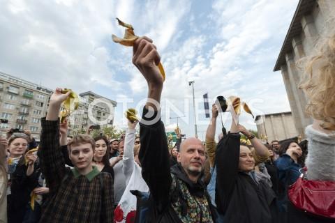 AGENCJA FOTONEWS - 29.04.2019 WARSZAWAJEDZENIE BANANOW PRZED MUZEUM NARODOWYMBANANOWY PROTEST PRZECIWKO CENZURZEN/Z UCZESTNICY WYDARZENIAFOT GRZEGORZ KRZYZEWSKI / FOTONEWS