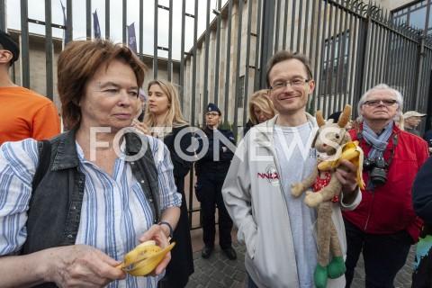 AGENCJA FOTONEWS - 29.04.2019 WARSZAWAJEDZENIE BANANOW PRZED MUZEUM NARODOWYMBANANOWY PROTEST PRZECIWKO CENZURZEN/Z UCZESTNICY WYDARZENIA KOZIOLEK MATOLEKFOT GRZEGORZ KRZYZEWSKI / FOTONEWS