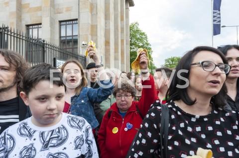 AGENCJA FOTONEWS - 29.04.2019 WARSZAWAJEDZENIE BANANOW PRZED MUZEUM NARODOWYMBANANOWY PROTEST PRZECIWKO CENZURZEN/Z UCZESTNICY WYDARZENIA KAMILA GASIUK PIHOWICZFOT GRZEGORZ KRZYZEWSKI / FOTONEWS