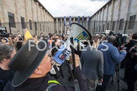 AGENCJA FOTONEWS - 29.04.2019 WARSZAWAJEDZENIE BANANOW PRZED MUZEUM NARODOWYMBANANOWY PROTEST PRZECIWKO CENZURZEN/Z UCZESTNICY WYDARZENIA MEGAFONFOT GRZEGORZ KRZYZEWSKI / FOTONEWS