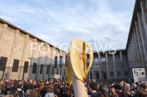 AGENCJA FOTONEWS - 29.04.2019 WARSZAWAJEDZENIE BANANOW PRZED MUZEUM NARODOWYMBANANOWY PROTEST PRZECIWKO CENZURZEN/Z UCZESTNICY WYDARZENIA SKORA BANANAFOT GRZEGORZ KRZYZEWSKI / FOTONEWS