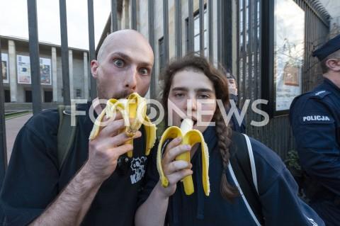AGENCJA FOTONEWS - 29.04.2019 WARSZAWAJEDZENIE BANANOW PRZED MUZEUM NARODOWYMBANANOWY PROTEST PRZECIWKO CENZURZEN/Z UCZESTNICY WYDARZENIA POLICJAFOT GRZEGORZ KRZYZEWSKI / FOTONEWS