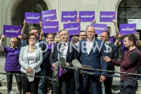 AGENCJA FOTONEWS - 29.04.2019 WARSZAWAKONFERENCJA PRASOWA ROBERTA BIEDRONIA DOTYCZACA SUSZY PRZED MINISTERSTWEM ROLNICTWA W WARSZAWIE N/Z ROBERT BIEDRON PAULINA PIECHNA WIECKIEWICZ SLAWOMIR GROMADZKI FOT MAREK KONRAD / FOTONEWS