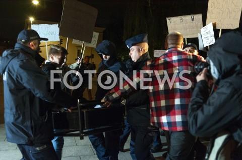 AGENCJA FOTONEWS - 13.05.2019 WARSZAWAUDAREMNIONA PRZEZ POLICJE PROJEKCJA FILMU O PEDOFILII NA ELEWACJI KATEDRY POLOWEJ WOJSKA POLSKIEGON/Z POLICJANCI ARESZTUJACY RZUTNIKFOT GRZEGORZ KRZYZEWSKI / FOTONEWS