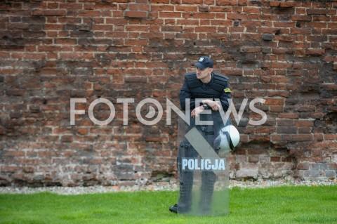 AGENCJA FOTONEWS - 25.05.2019 GDANSK5. TROJMIEJSKI MARSZ ROWNOSCI W GDANSKUN/Z POLICJA POLICJANT OBSERWUJE UCZESTNIKOW MARSZUFOT MATEUSZ SLODKOWSKI / FOTONEWS