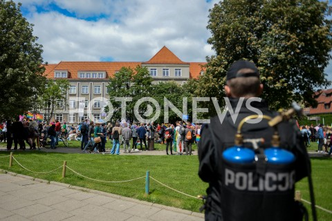 AGENCJA FOTONEWS - 25.05.2019 GDANSK5. TROJMIEJSKI MARSZ ROWNOSCI W GDANSKUN/Z POLICJANT OBSERWUJE TLUM MARSZU ROWNOSCIFOT MATEUSZ SLODKOWSKI / FOTONEWS