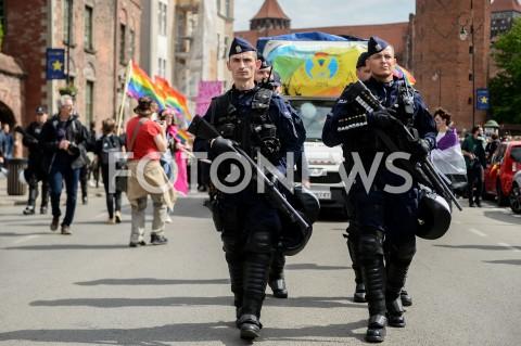 AGENCJA FOTONEWS - 25.05.2019 GDANSK5. TROJMIEJSKI MARSZ ROWNOSCI W GDANSKUN/Z POLICJA POLICJANT STRZELBA BRONFOT MATEUSZ SLODKOWSKI / FOTONEWS