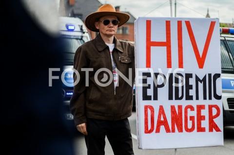 AGENCJA FOTONEWS - 25.05.2019 GDANSK5. TROJMIEJSKI MARSZ ROWNOSCI W GDANSKUN/Z KONTRMANIFESTANT TRANSPARENT HIV EPIDEMIC DANGERFOT MATEUSZ SLODKOWSKI / FOTONEWS