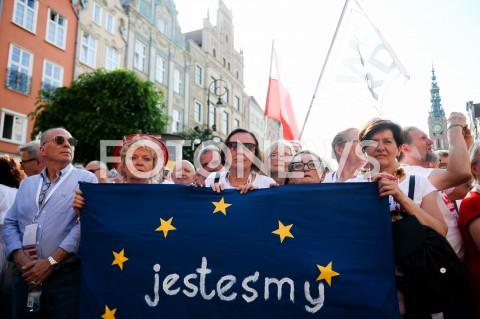 AGENCJA FOTONEWS - 04.06.2019 GDANSKSWIETO WOLNOSCI I SOLIDARNOSCI W GDANSKUN/Z TRANSPARENT JESTESMY EUROPEJCZYKAMI LUDZIE ZEBRANI NA WIECUFOT MATEUSZ SLODKOWSKI / FOTONEWS
