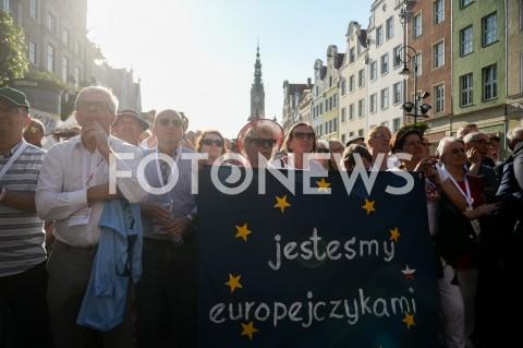 AGENCJA FOTONEWS - 04.06.2019 GDANSKSWIETO WOLNOSCI I SOLIDARNOSCI W GDANSKUN/Z LUDZIE NA WIECU Z TRANSPARENTEM JESTESMY EUROPEJCZYKAMIFOT MATEUSZ SLODKOWSKI / FOTONEWS