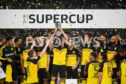 AGENCJA FOTONEWS - 03.08.2019 DORTMUNDPILKA NOZNA - SUPERPUCHAR NIEMIEC 2019(Football - Germany Supercup 2019)MECZ BORUSSIA DORTMUND - BAYERN MONACHIUM(Borussia Dortmund - Bayern Munich)N/Z BORUSSIA DORTMUND ZWYCIEZCA SUPERPUCHAR LUKASZ PISZCZEK DEKORACJA Z PUCHAREMFOT MATEUSZ SLODKOWSKI / FOTONEWS
