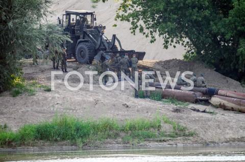 Budowa mostu pontonowego na Wiśle po awarii kolektora ściekowego oczyszczalni Czajka w Warszawie