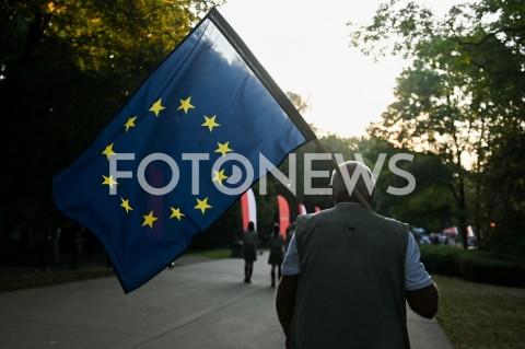 AGENCJA FOTONEWS - 01.09.2019 GDANSKOBCHODY 80. ROCZNICY WYBUCHU II WOJNY SWIATOWEJ NA WESTERPLATTE(Commemorative ceremony at Westerplatte ? 80th anniversary of the outbreak of the Second World War)N/Z MEZCZYZNA NIESIE FLAGA UNII EUROPEJSKIEJ UNIA EUROPEJSKAFOT MATEUSZ SLODKOWSKI / FOTONEWS