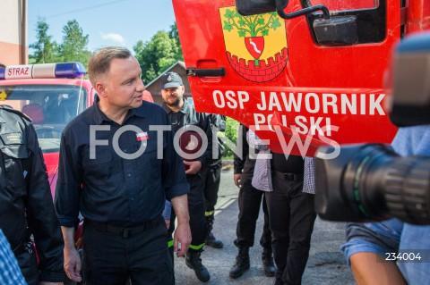 Wręczenie przez prezydenta RP Andrzeja Dudę promesy dla strażaków, którzy w wyniku powodzi stracili wóz strażacki w Jaworniku Polskim