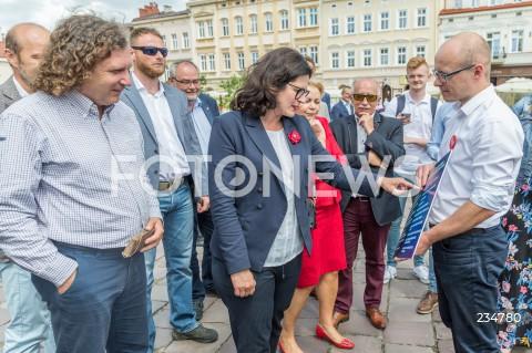Prezydenci Gdańska i Sopotu na konferencji radnego PiS na rynku w Rzeszowie