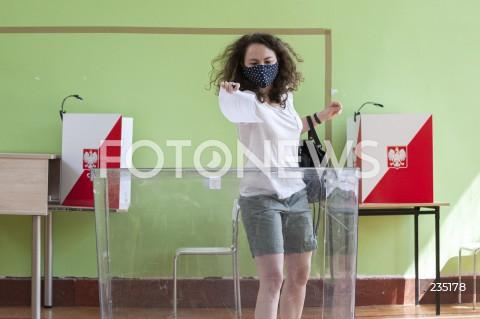 Polacy biorą udział w drugiej turze wyborów prezydenckich