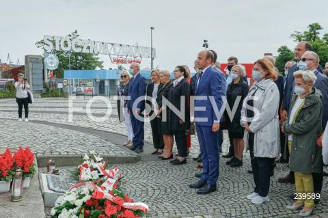 Złożenie kwiatów pod Pomnikiem Poległych Stoczniowców przez parlamentarzystów Platformy Obywatelskiej w Gdańsku