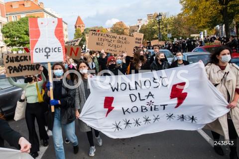 24.10.2020 GDANSK<br />PROTEST KOBIET W GDANSKU<br />N/Z PROTESTUJACY Z BANERAMI PRZECHODZA POD SIEDZIBE PIS<br />
