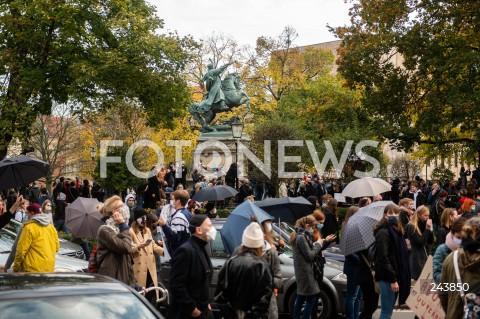 24.10.2020 GDANSK<br />PROTEST KOBIET W GDANSKU<br />N/Z PROTESTUJACY POD SIEDZIBA PIS NA TLE POMNIKA SOBIESKIEGO<br />