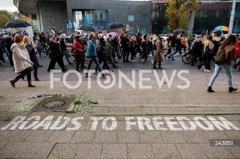 24.10.2020 GDANSK<br />PROTEST KOBIET W GDANSKU<br />N/Z PROTESTUJACY MASZERUJA NA PLAC SOLIDARNOSCI NAPIS ROADS TO FREEDOM<br />