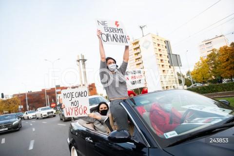 24.10.2020 GDANSK<br />PROTEST KOBIET W GDANSKU<br />N/Z PROTESTUJACY W SAMOCHODACH BLOKUJA RUCH NA GLOWNYCH ULICACH GDANSKA<br />