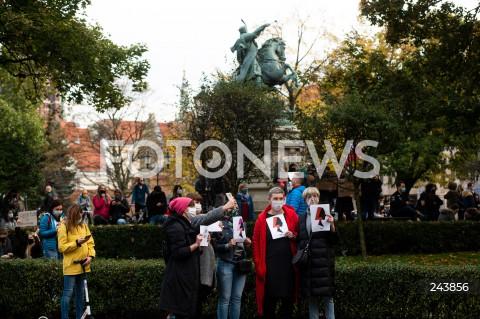 24.10.2020 GDANSK<br />PROTEST KOBIET W GDANSKU<br />N/Z KOBIETY Z TRANSPARENTAMI STRAJKU KOBIET<br />