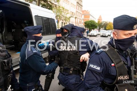 24.10.2020 GDANSK<br />PROTEST KOBIET W GDANSKU<br />N/Z POLICJA INTERWENIUJE PODCZAS PROTESTU ZATRZYMUJAC MEZCZYZNE<br />