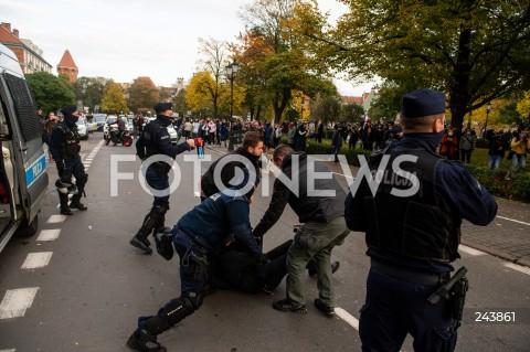 24.10.2020 GDANSK<br />PROTEST KOBIET W GDANSKU<br />N/Z POLICJA INTERWENIUJE PODCZAS PROTESTU ZATRZYMUJAC MEZCZYZNE POLICJANT Z GAZEM GAZ<br />