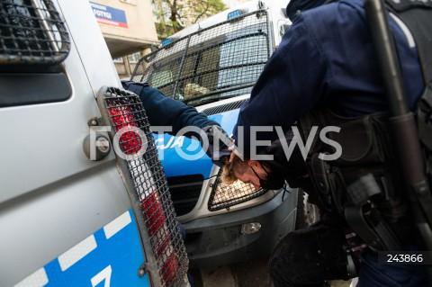 24.10.2020 GDANSK<br />PROTEST KOBIET W GDANSKU<br />N/Z POLICJANCI ZATRZYMUJA OBEZWLADNIAJA MEZCZYZNE PODCZAS PROTESTU<br />
