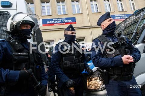 24.10.2020 GDANSK<br />PROTEST KOBIET W GDANSKU<br />N/Z POLICJANCI OCHRANIAJA SIEDZIBE PIS<br />