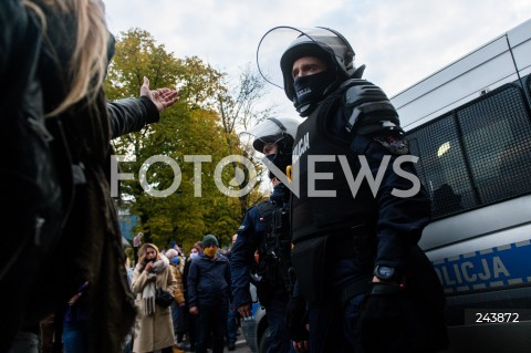 24.10.2020 GDANSK<br />PROTEST KOBIET W GDANSKU<br />N/Z KOBIETA KRZYCZY DO POLICJANTA W TRAKCIE PROTESTU<br />