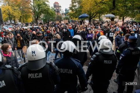 24.10.2020 GDANSK<br />PROTEST KOBIET W GDANSKU<br />N/Z TLUM LUDZI ZEBRANY POD SIEDZIBA PIS SKANDUJE DO POLICJI POLICJA<br />