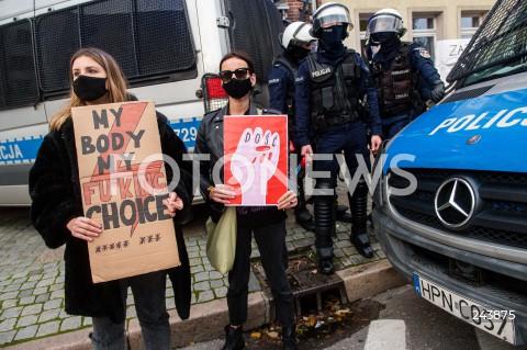 24.10.2020 GDANSK<br />PROTEST KOBIET W GDANSKU<br />N/Z KOBIETA Z TRANSPARENTEM DOSC ORAZ MY BODY MY FUCKING CHOICE POLICJA Z GAZEM PRZYGOTOWANA DO INTERWENCJI<br />