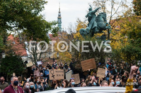 24.10.2020 GDANSK<br />PROTEST KOBIET W GDANSKU<br />N/Z TLUM LUDZI POD POMNIKIEM SOBIESKIEGO PRZY SIEDZIBIE PIS<br />