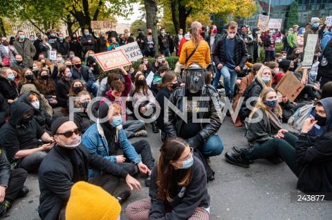 24.10.2020 GDANSK<br />PROTEST KOBIET W GDANSKU<br />N/Z TLUM LUDZI PROTESTUJACYCH POD SIEDZIBA PIS<br />