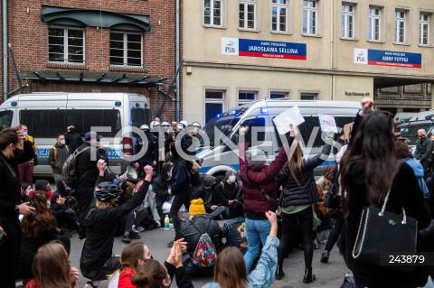 24.10.2020 GDANSK<br />PROTEST KOBIET W GDANSKU<br />N/Z TLUM LUDZI PRZED SIEDZIBA PIS OCHRANIANA PRZEZ POLICJE<br />