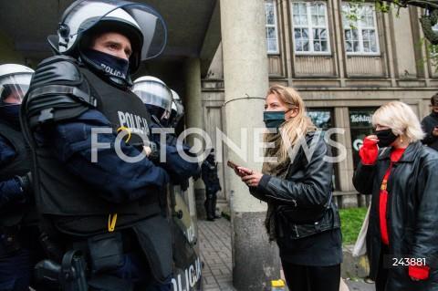 24.10.2020 GDANSK<br />PROTEST KOBIET W GDANSKU<br />N/Z KOBIETA ROZMAWIA Z FUNKCJONARIUSZEM POLICJA<br />